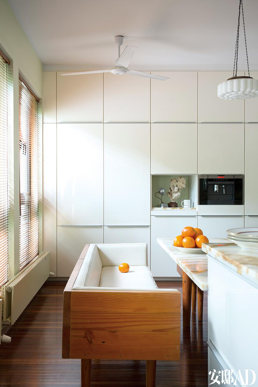 厨房里的餐柜全采用隐形设计,外观尽量简略。