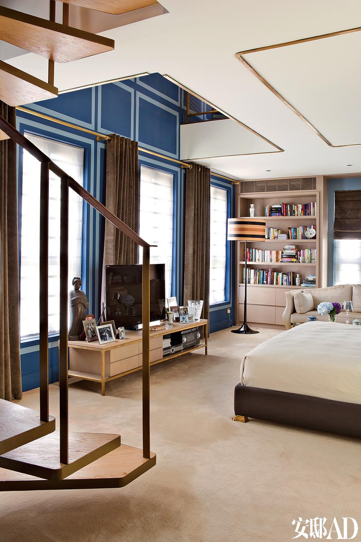"""""""华丽的风格目前在香港很流行,但对华丽必须拿捏好极其微妙的比例才能恰如其分。""""主卧室可谓是让这对活力十足的年轻夫妇得以放松的天堂。"""