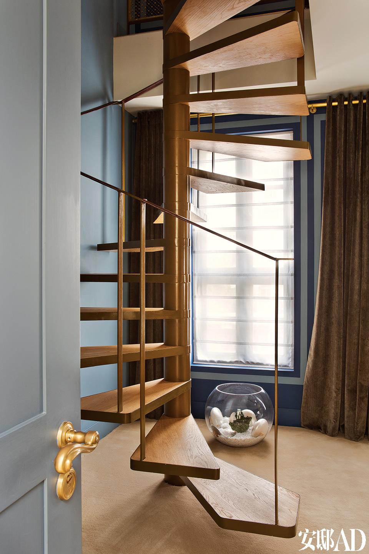 Carl选择较深的颜色来作为基调,这样华贵的金色古典装饰也更显雅致而非浮夸。主卧室分为两层,以优雅的旋转楼梯相连。