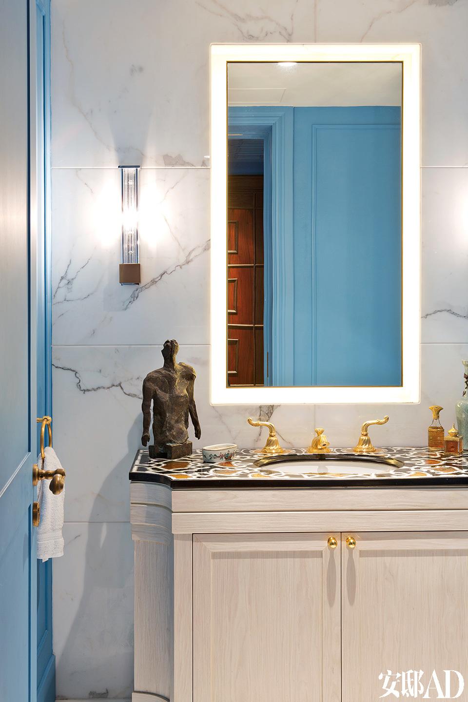 主浴室的墙面使用了卡雷拉大理石。