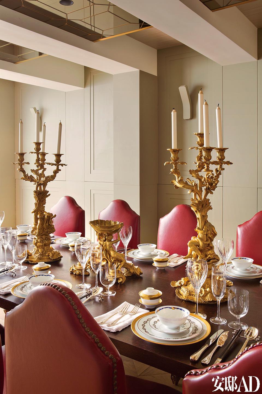 主餐厅可以承办多至12人的晚宴。华美的枝形烛台来自一座苏格兰城堡。
