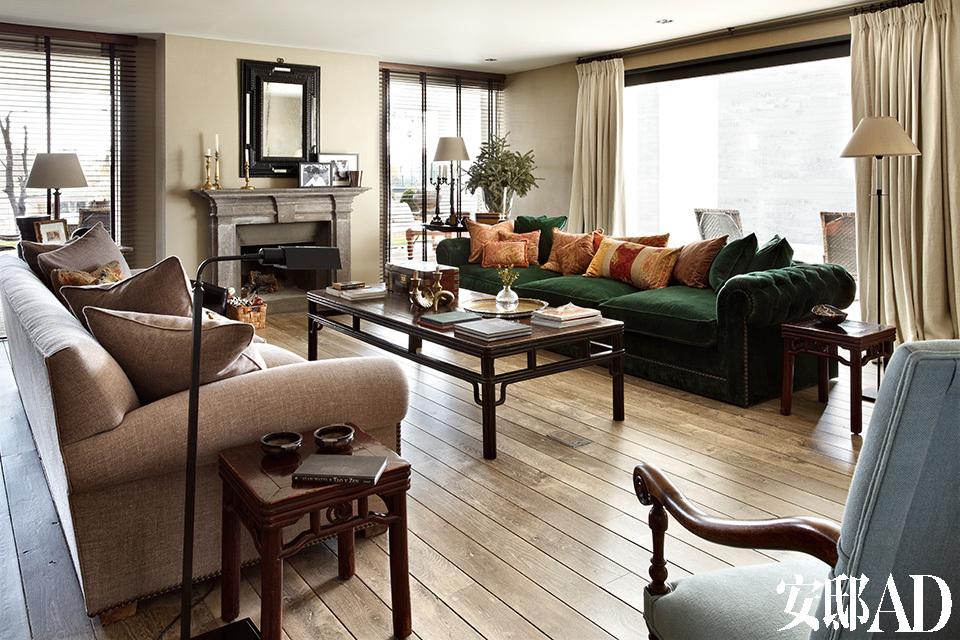 中式、法式、意大利和西班牙风格的家具自由混搭,在这个家里实现了美妙的融合。起居室,沙发由Toni设计,经典石壁炉上方挂着19世纪的镜子,古董绣花面料靠枕、19世纪中式咖啡桌和边桌、19世纪法式浅蓝色扶手椅均可在Azul Tierra购得。
