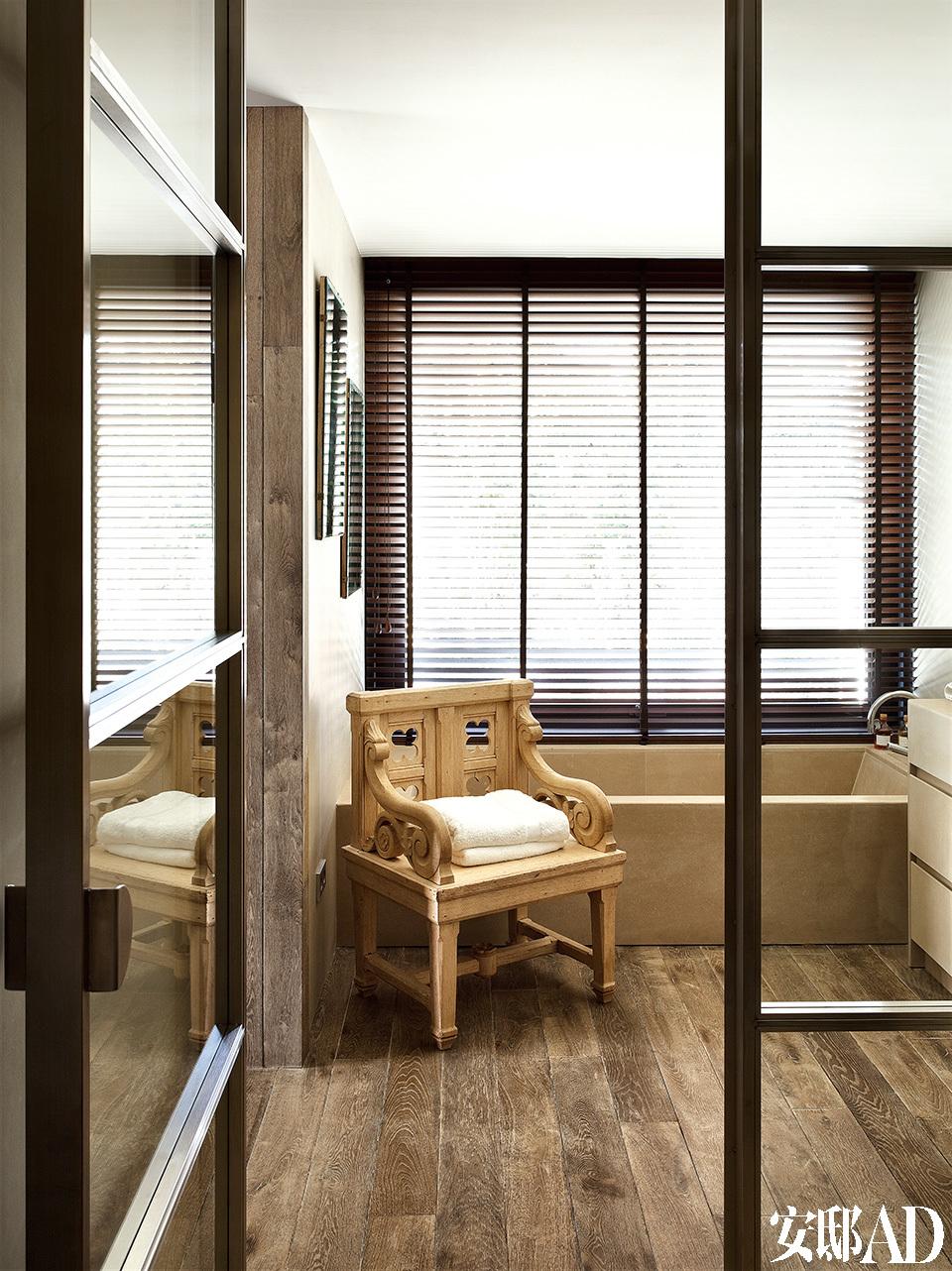 浴室里有一张新哥特式座椅,分区材料以金属和玻璃材料为主,同样由Toni设计,地板是橡木的。