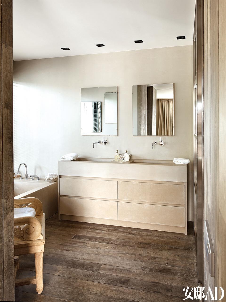 主浴室,墙体和洗手台的抽屉均选用石灰石为主料,由Toni设计。
