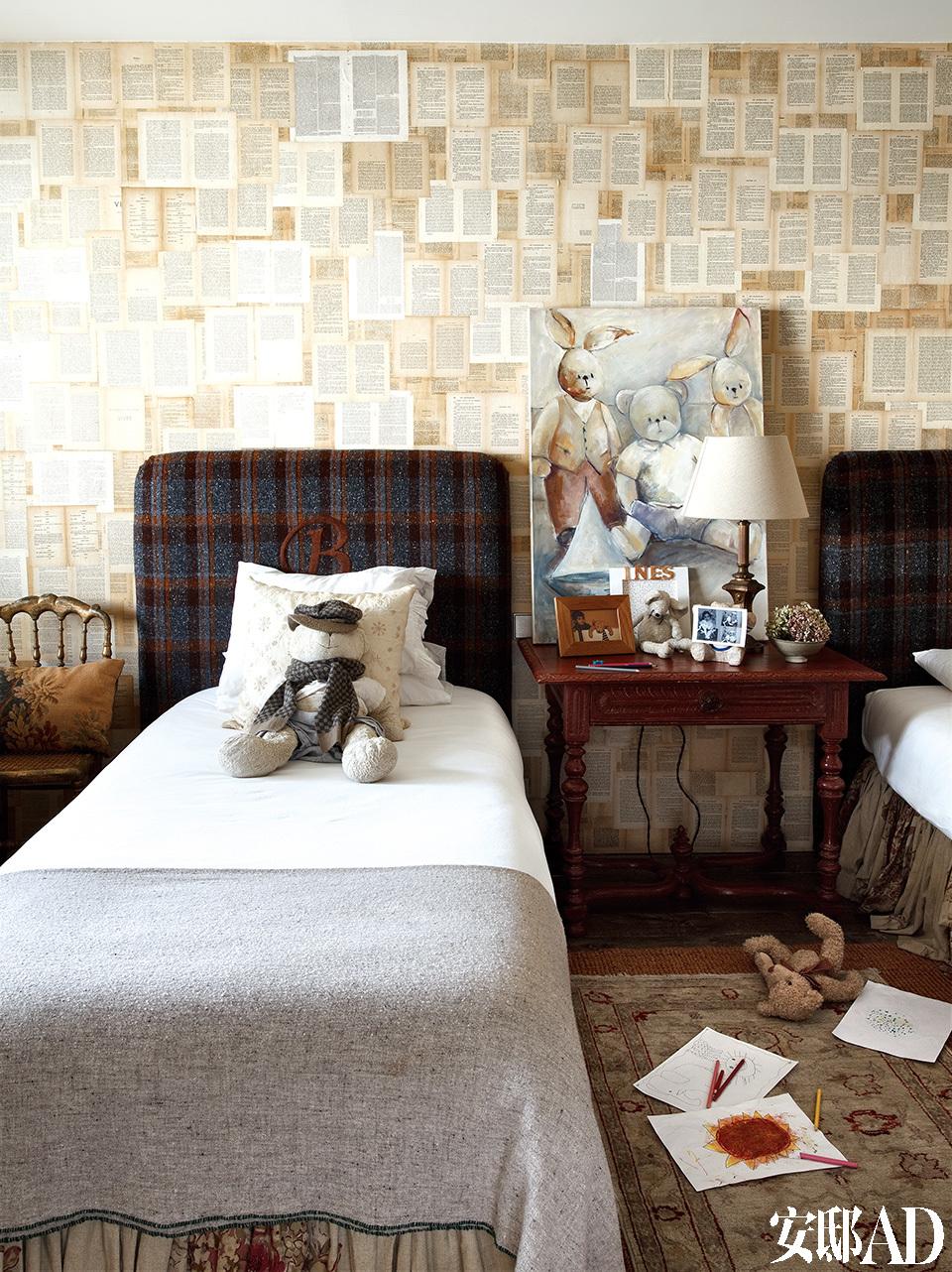 卧室一角,床头绣着女儿们名字的首字母,摆着19世纪西班牙床头桌,兔子挂画来自艺术家MarionaBuxó。