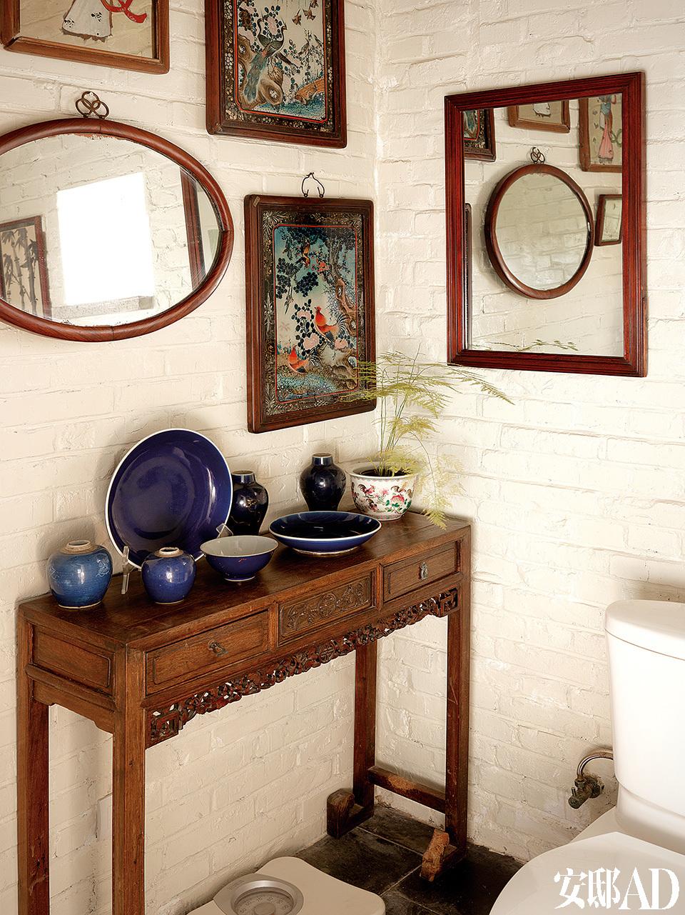 萨洋很喜欢收藏镜子,洗手间里的墙壁上挂了各种形状和大小的镜子。