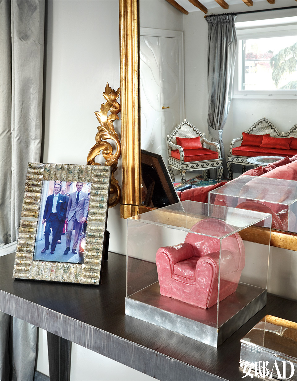 """""""父亲教会我做人要有坚定的意志、强烈的责任感、满腔热情和忠诚的态度。""""起居室桌子的一角放着Matteo和他父亲、法拉利的CEO Luca di Montezemolo的合影。旁边的粉色模型沙发,则是被Matteo收购的家具品牌Poltrona Frau创作于1930年的作品Vanity的微缩版。"""