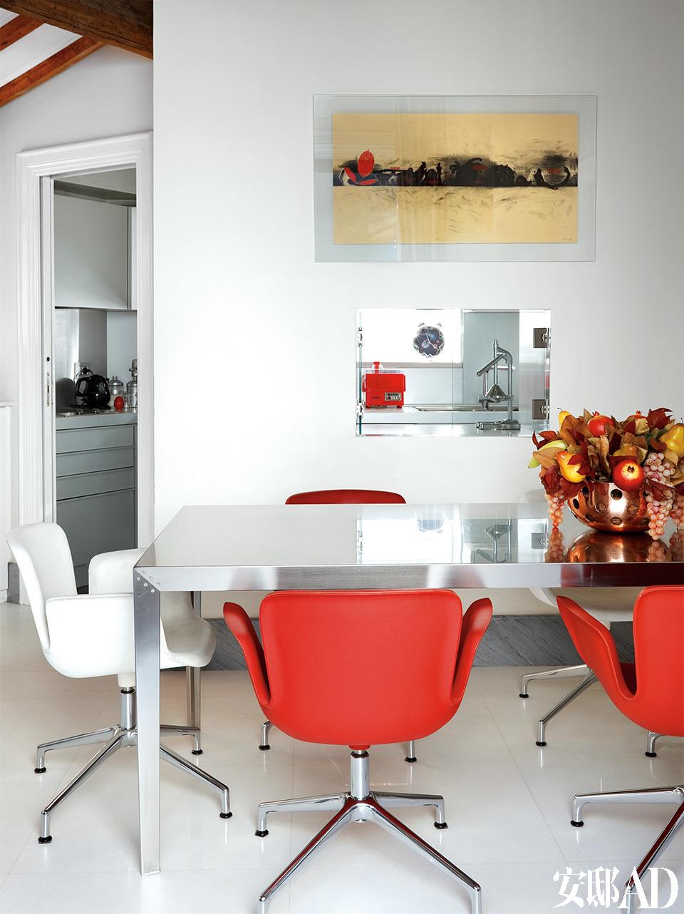 """厨房也可用作非正式的餐厅。""""我们常在这里招待好朋友或家人,这是整个家里气氛最融洽的地方。"""""""