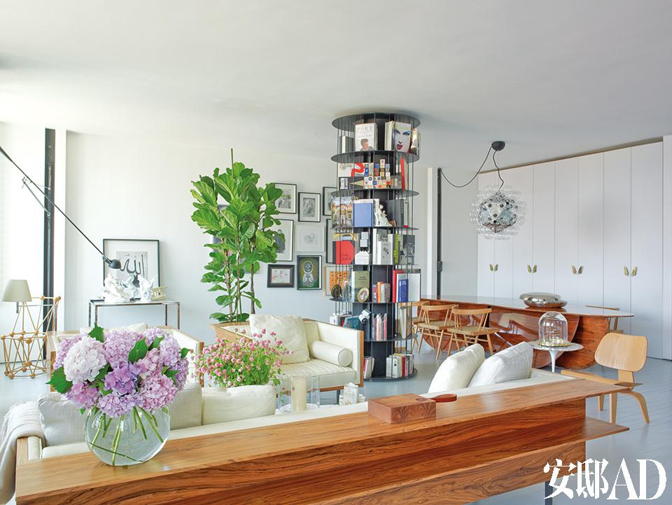 旋转落地书柜的确是个好主意,好像4根柱子将客厅分割出不同区域,而藏书的吞吐量其实也相当可观。