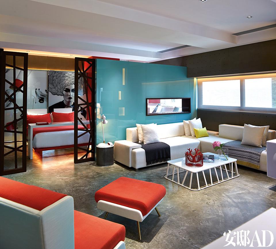 开放式的客厅将玻璃、混凝土和钢材以混搭的方式结合在一起,仿佛提醒人们这儿原本的用途是仓库。高科技元素包括Lutron出品的可由情绪控制的照明系统以及客厅和浴室之间的生物燃料壁炉。沙发由ACID+设计,茶几则购自连卡佛。