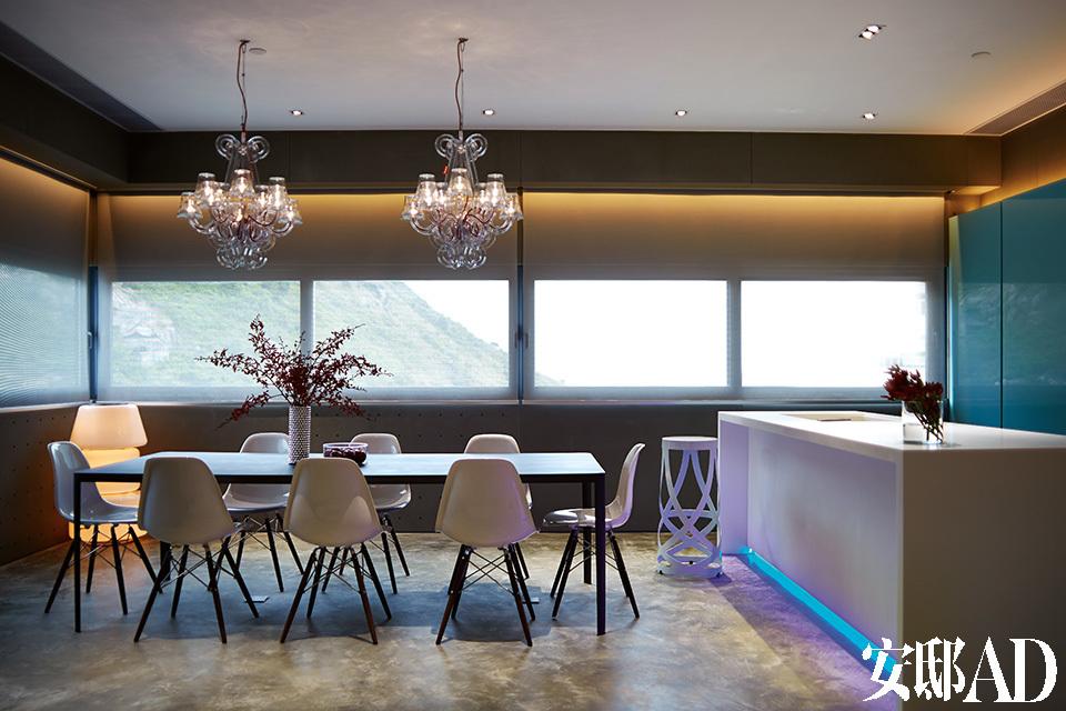 经常在家开派对的主人,把最好的风景和光线留给了餐厅。曾经香港工业区一隅的仓库,靠着主人的想象,就这样梦幻般转换了场景。餐厅里,打磨锃亮的金属Filo餐桌是由David Lopez Quincoces为LEMA设计,室内外吊灯由Fatboy出品,靠着厨房台面的缎带高脚凳则由Cappellini出品。