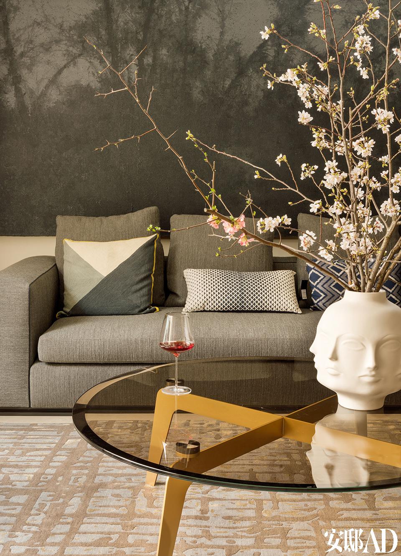 客厅中的Leonard沙发和沙发前的圆形Kirk Cross均由Rodolfo Dordoni设计,来自Minotti在沙发上的靠垫中,左侧的为Niki Jones,来自Lane Crawford,中间和右侧的来自Bo Concept北欧风情。