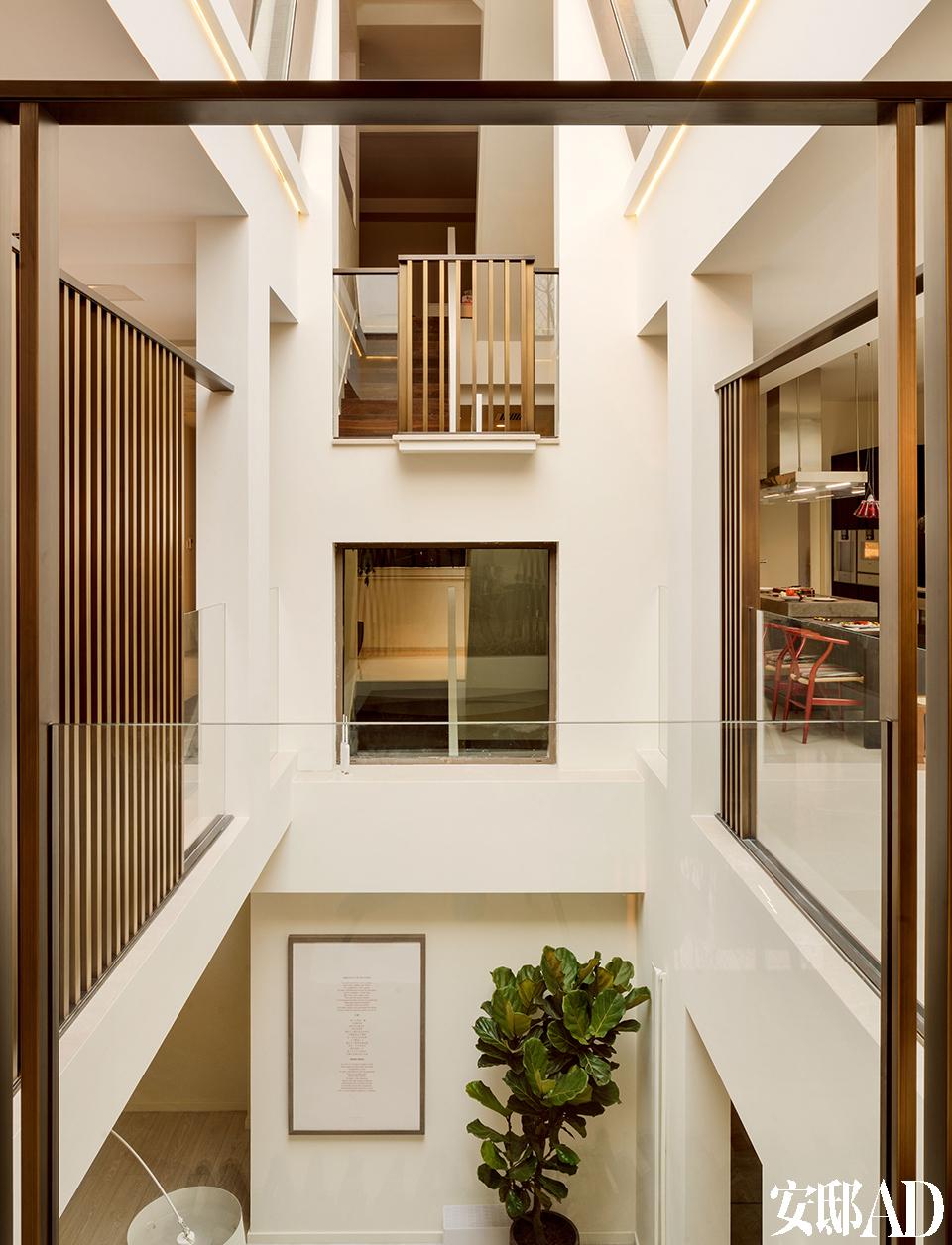 这座处于建筑中心位置的楼梯间给各层带来丰沛采光,是整栋别墅中赵胤胤花心思最多的地方。处于建筑中心位置的楼梯间,各层的铸铜围栏给空间带来通透感。版画出自岳敏君《诗》。