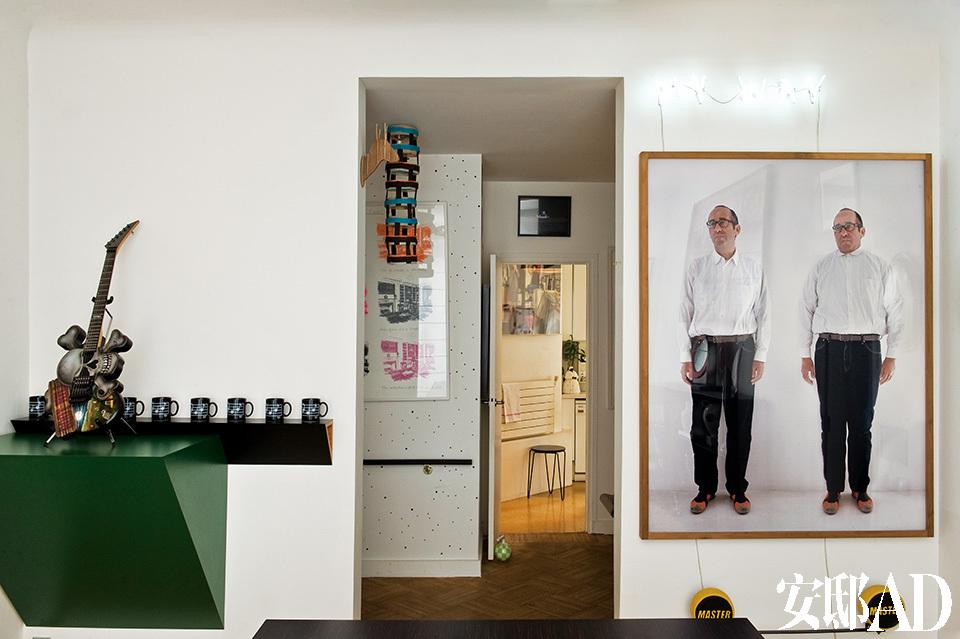 餐厅里男主人Didier Krzentowski的肖像由Erwin Wurm拍摄,绿色雕塑是Haim Steinbach的作品。