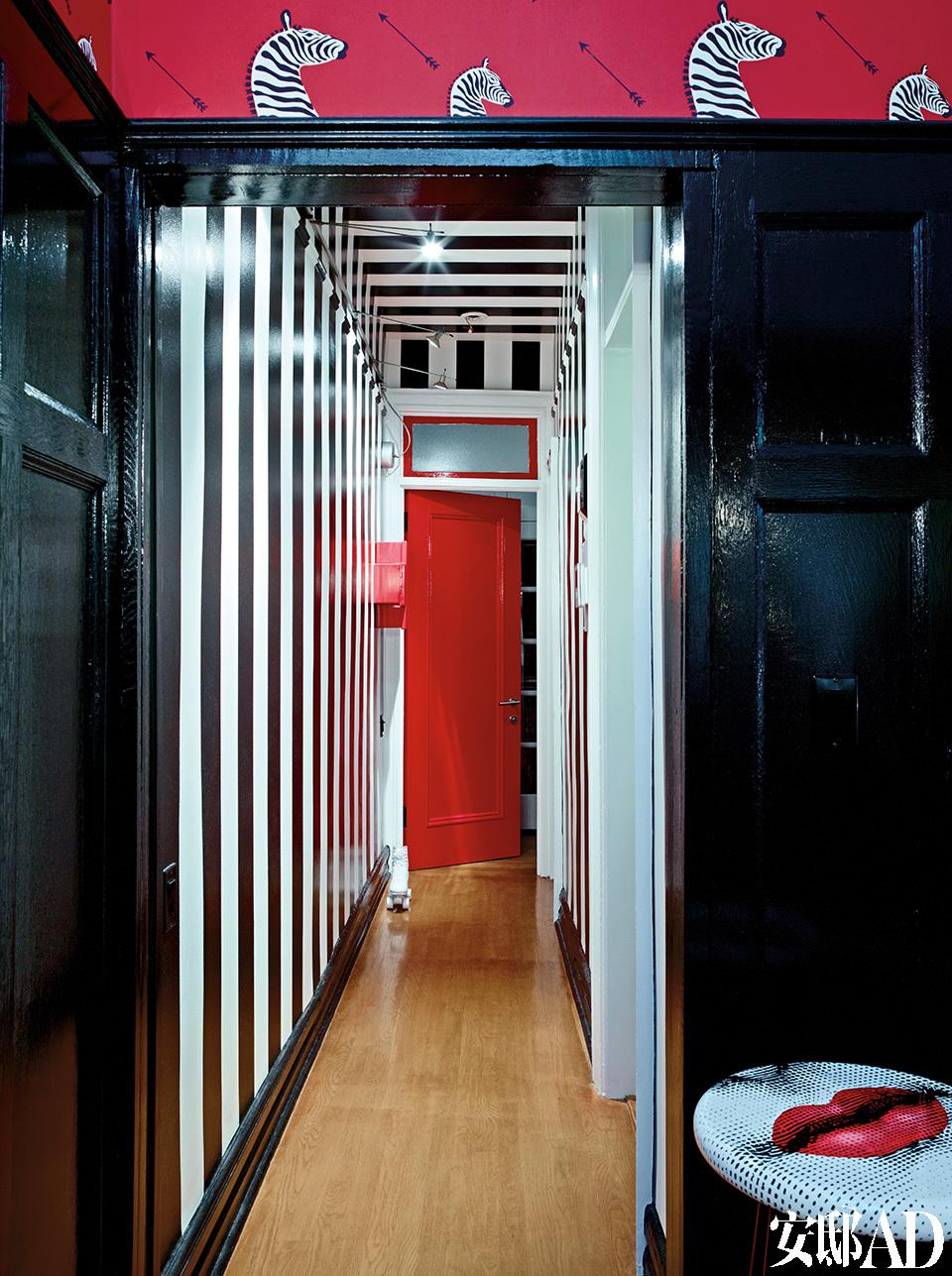 门厅中黑白条纹的特制墙面装饰受到了20世纪60年代童年回忆的影响(太空时代,Verner Panton和Pierre Cardin)。黑白条纹墙纸让原本狭窄的走廊呈现出视觉扩张的效果,白色部分是亚光,黑色部分特意选择高光,灯光下显示得更精致。
