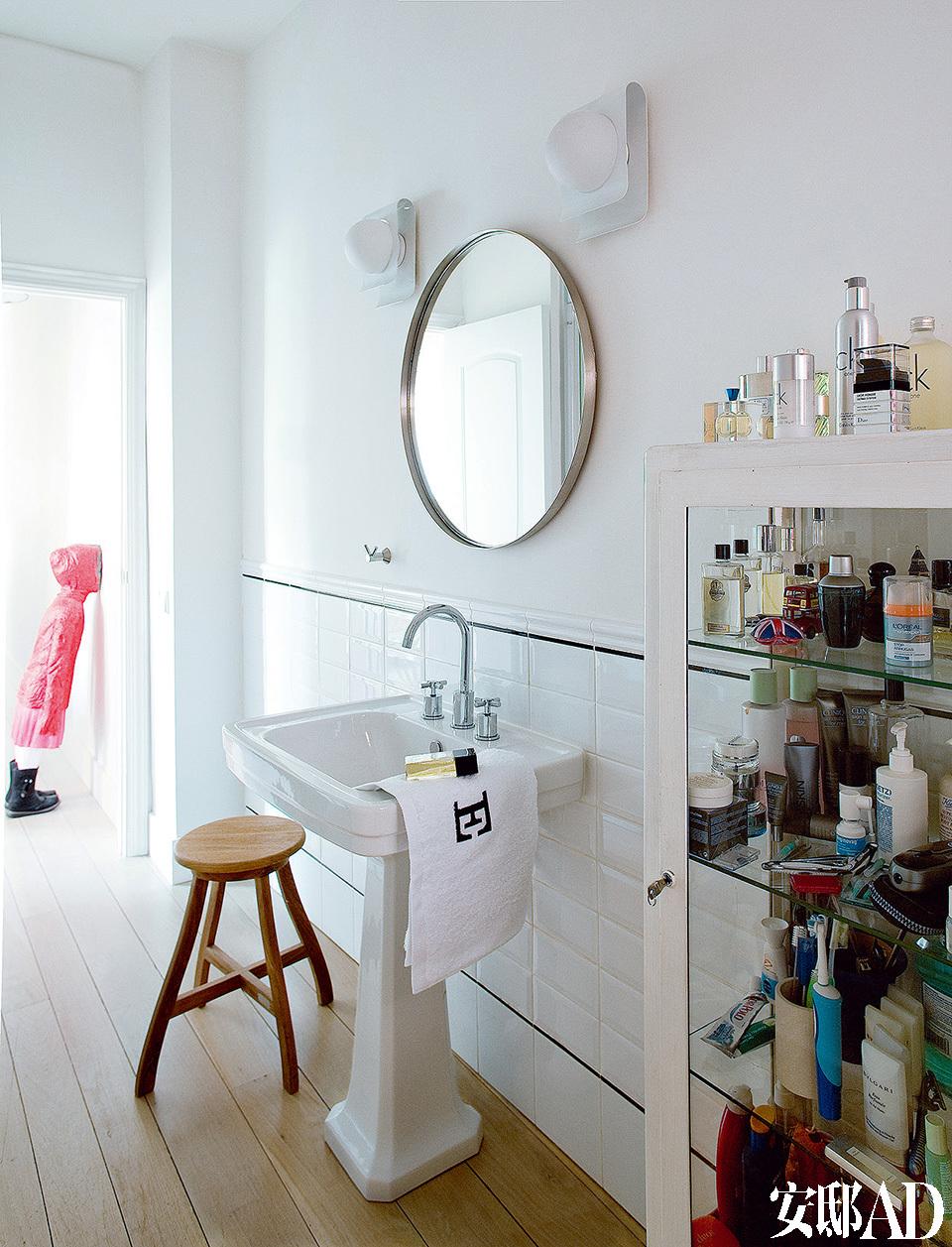浴室中配置了Valadares的洗脸池、宜家家居的镜子、Tectona的凳子、20世纪70年代的壁灯以及来自Vintage 4P的医用柜。