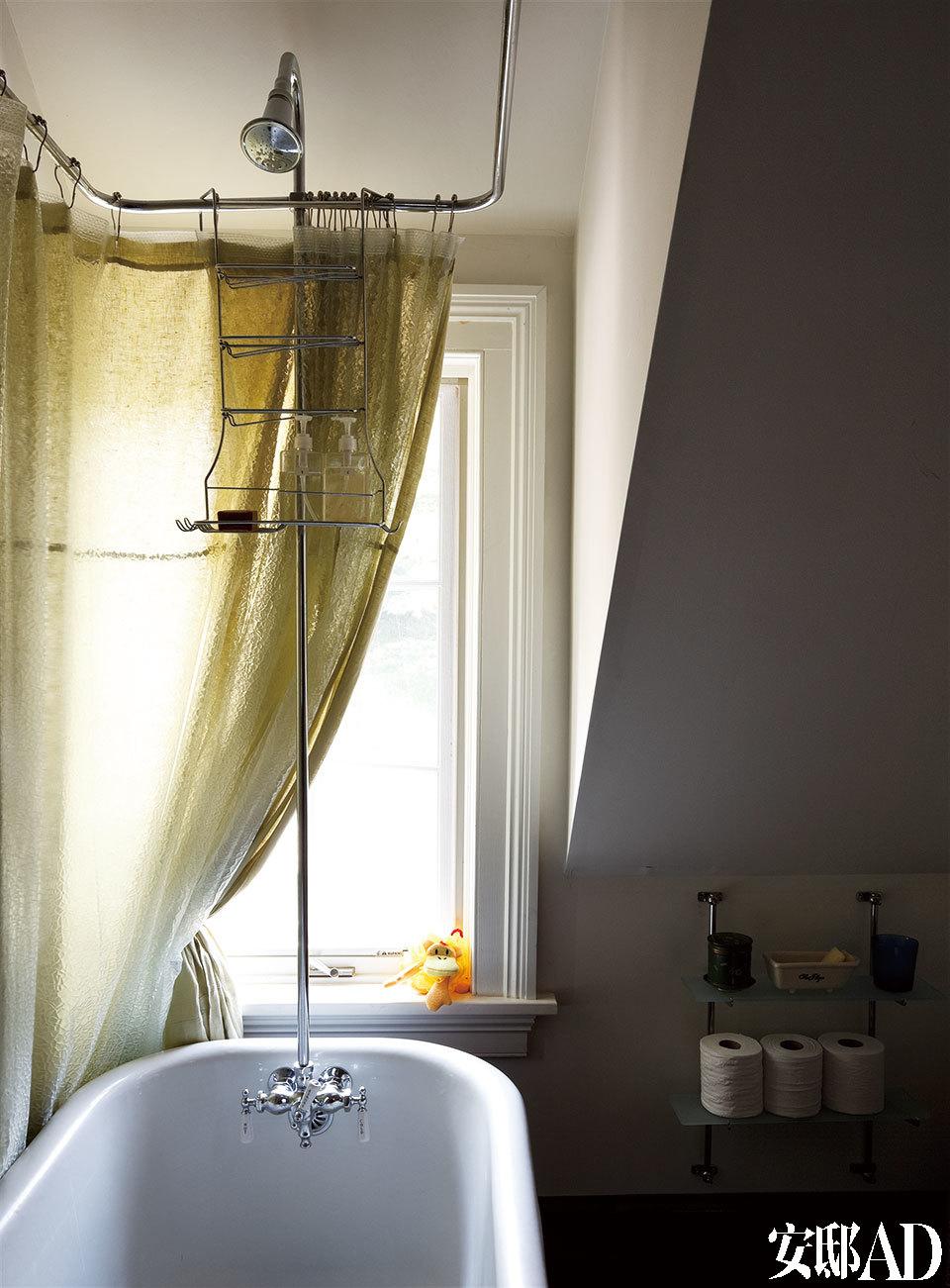 传统的浴帘及挂钩。