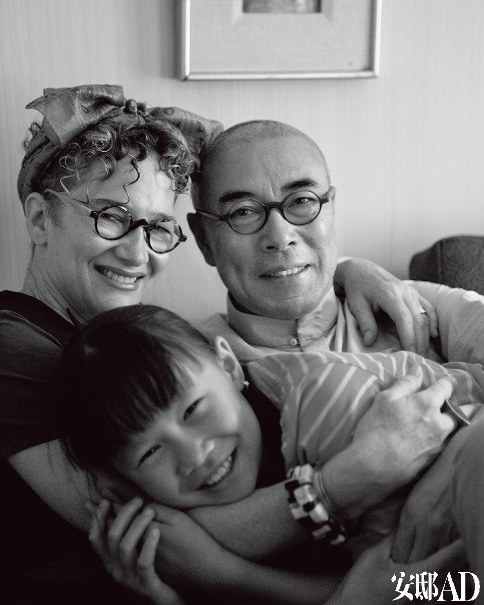 """主人:谷文达叱咤当代艺术界三十几年,作品惊世骇俗,争议不断。而生活中的他却选择""""不抽烟、不喝酒,在美国不看电影,不看电视,不去画廊、美术馆"""",过着 """"家在纽约,工作在上海""""的两栖生活。太太Kathryn Scott是一位设计手法成熟的室内设计师,虽是地道的美国人,却全身透着温婉、自然的东方气质。女儿Simone正是读小学的年纪,在这个度假屋里,小 女孩可以骑马、亲近自然并尽情地撒野。"""