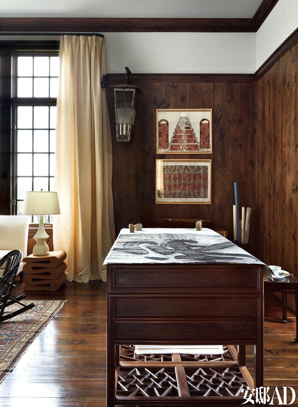 位于起居室的书桌。