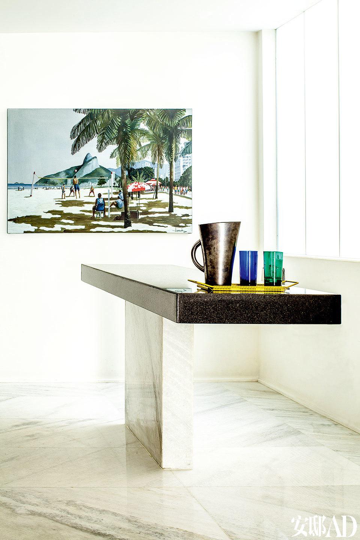 厨房的墙上挂着Ipanema海滩风景图,这片海滩和这幢复式别墅位于同一街区。