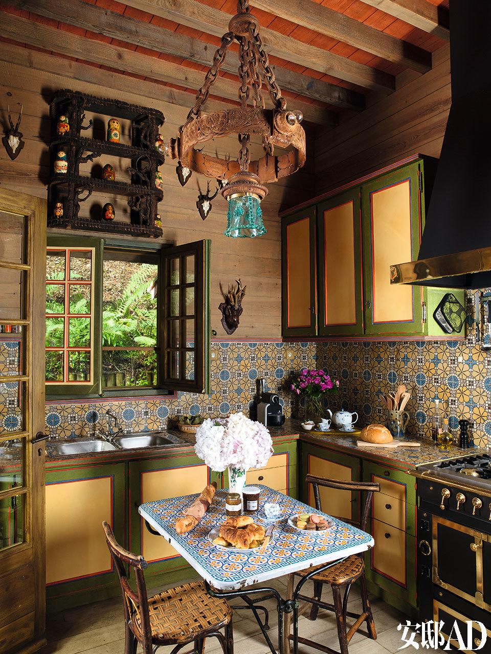 法式老瓷砖与壁架上的俄罗斯套娃相呼应,这样一个温暖的小厨房,会有多少关于Yves的回忆呢?厨房中挂了一盏19世纪的东欧吊灯;厨房墙面后挡板选用了老式法国瓷砖,厨房设备来自La Cornue。