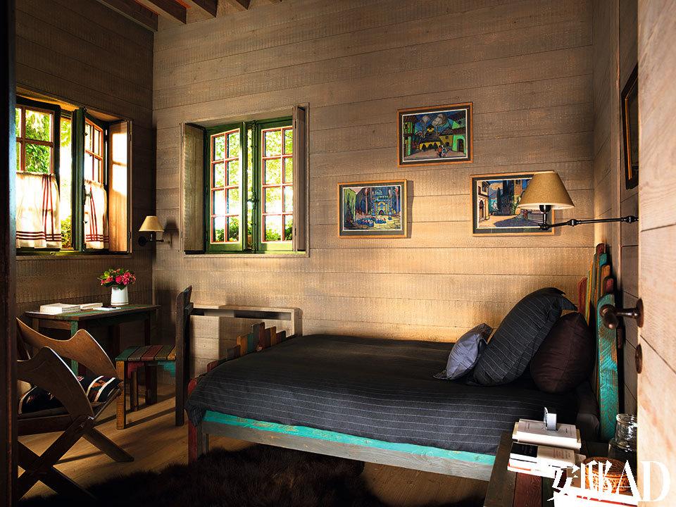 就寝区里,Pierre的房间放置着定制着漆的床、书桌和椅子;墙上挂着一套20世纪早期的俄罗斯布景设计;左侧的会堂椅是19世纪瑞典制造的;一张棕熊 的皮毛给木地板带来些许柔软。
