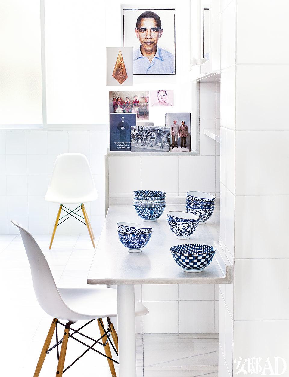 厨房是Santos的设计,椅子是在Vitra购买的Eames夫妇的设计,中国青花瓷碗是在纽约的Pearl百货购买的。整个家里色彩缤纷,但厨房却是清一色的白,极大反差。
