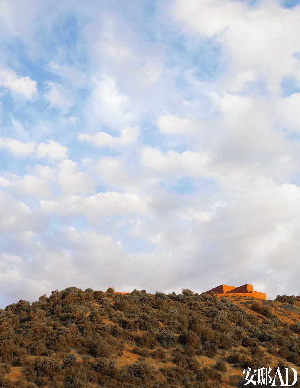 这座红砖建筑坐落在阿特拉斯山脉的Ourika山上,离Toubkal国家森林公园很近。