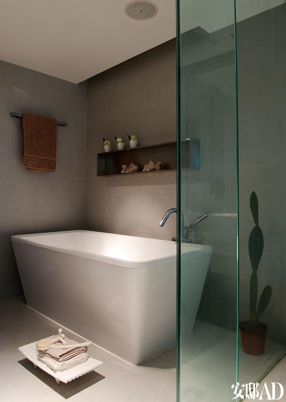 浴室由原来的浴室和一间衣橱打通扩建而成,浴缸由德国Duravit出品,龙头来自宜家家居,地面上来自家天地的瓷质托盘为Bosa品牌。浅灰色的地砖和墙面带给浴室安静的禅意, 淡淡的绿色玻璃在色彩与质感上都丰富了层次。