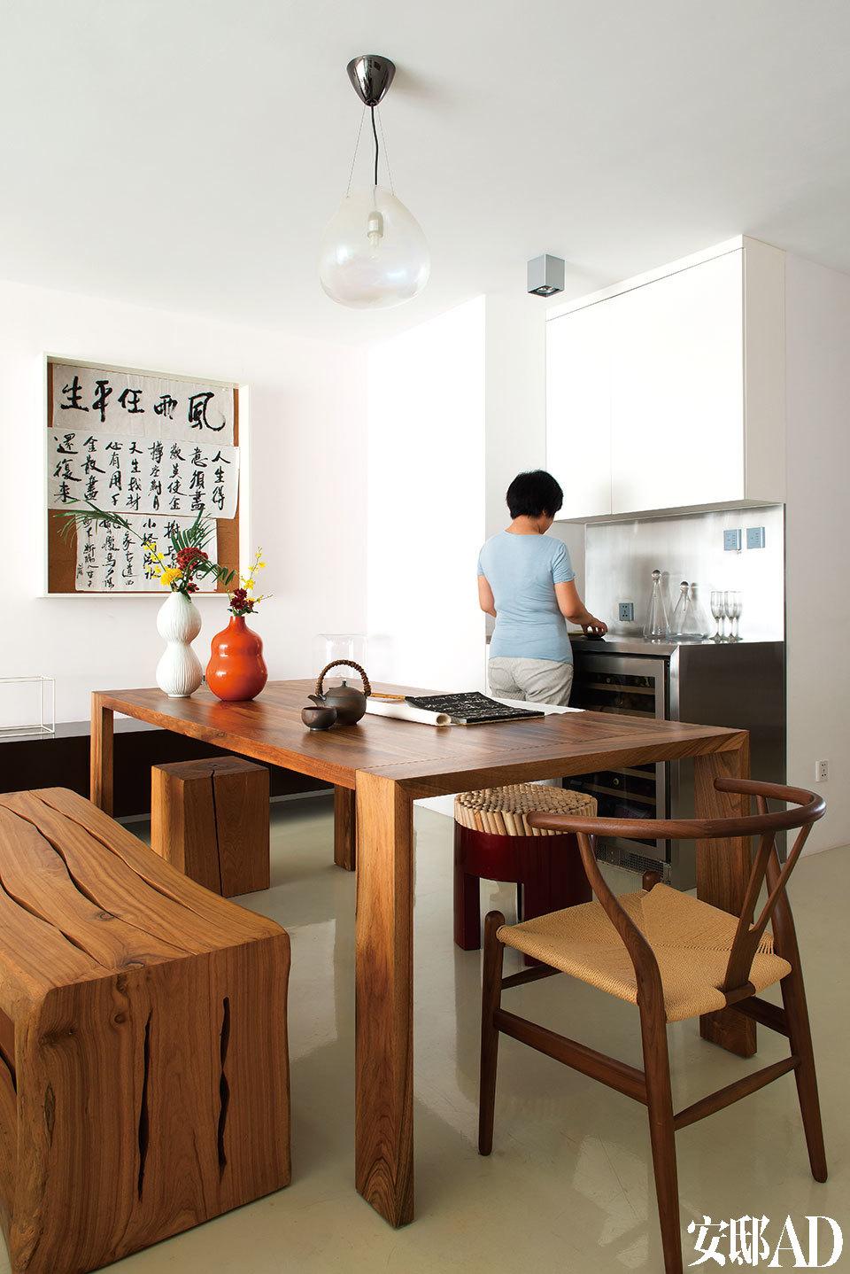 由Brad Ascalon设计的胡桃木餐桌Eaton来自Ligne Roset写意空间,远处的两只坐凳是东南亚的设计,购自香港OVO Home,近处的一把餐椅是椅子设计大师Hans J.Wegner创作于1950年的Y形椅的现代复刻版,来自Edimass。