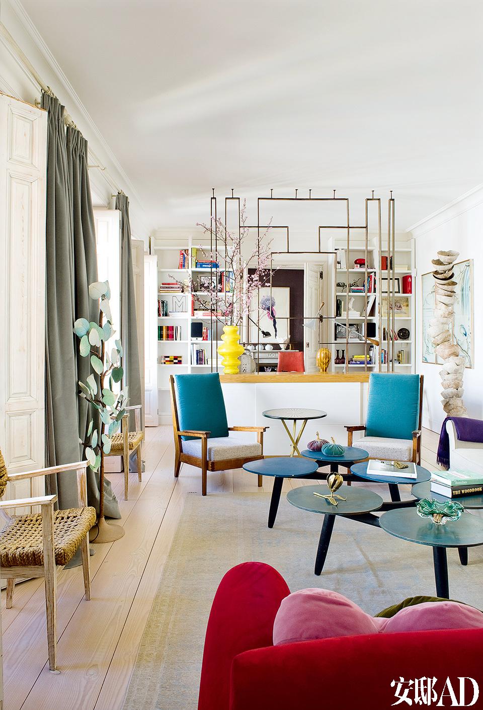 在这个白色盒子似的空间里,注入主人多年来从各处搜寻的家具与装饰品,就像一种记忆的留驻。从另一个角度看过去的客厅,两把在Jon Urgoiti购买的绳编椅中间是一盏在Los Gusano购买的树造型的落地灯。右边,矗立着在Jon Urgoiti购买的Clara Graziolino的雕塑作品。
