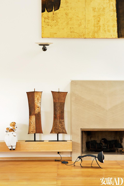 朱铭的雕塑也是夫妇俩一大一小,感觉就像冯亚敏的分身般,静驻在空间中。