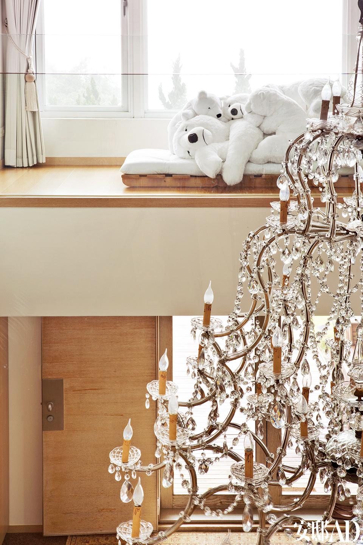 象征一家人依偎在一起的大熊玩偶,是女强人内心的女孩印记。二楼的过道边上,摆着一堆白色大熊玩偶,让生活更童趣。