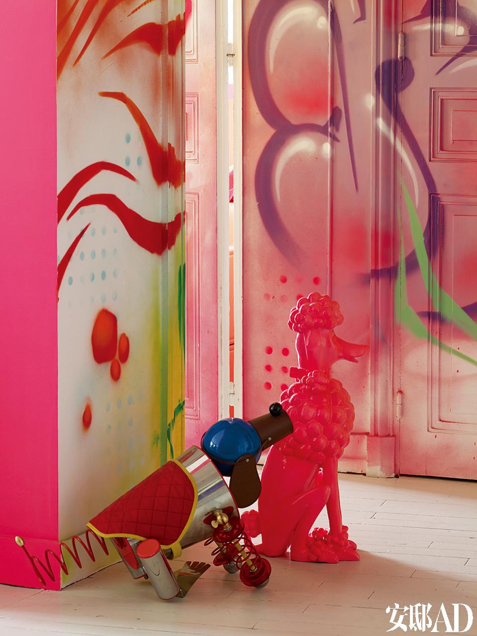 """""""我把生活当作一场不可思议的冒险,每天都有新刺激,这太美妙了。""""背景中入口处的墙绘由巴黎街头艺术家Rude(3HC)创作,彩色机械狗来自Prada。"""
