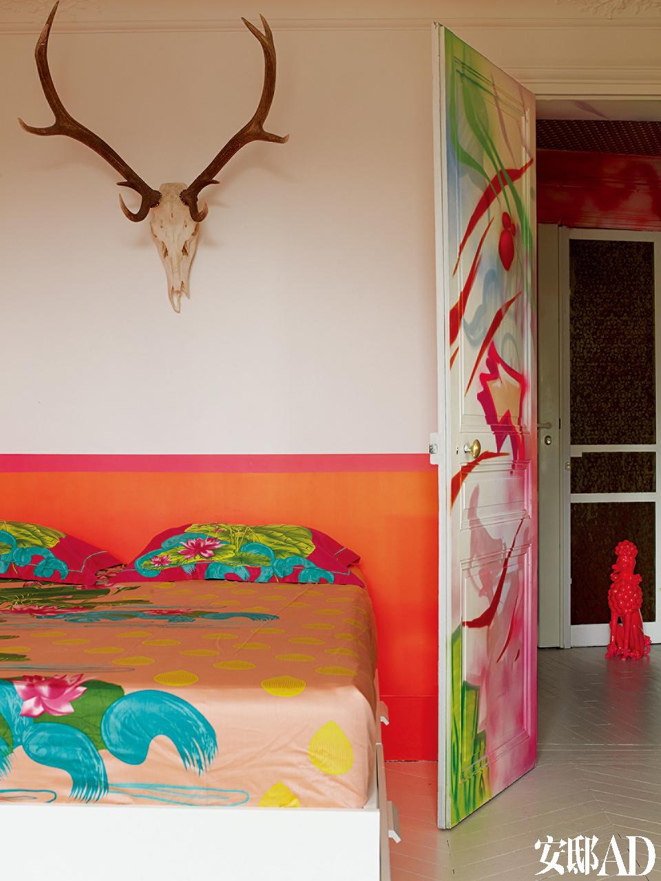 卧室的床上用品来自Portico,是阿罗拉自己的设计。
