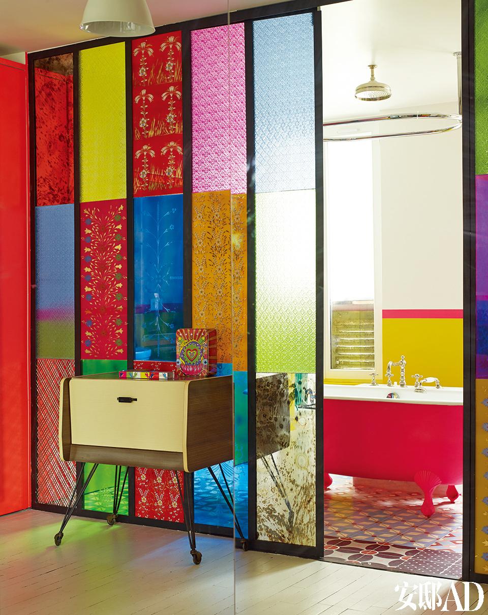 玻璃面板是在印度新德里定制的,由建筑师Pradel的一名助手制作并组装。