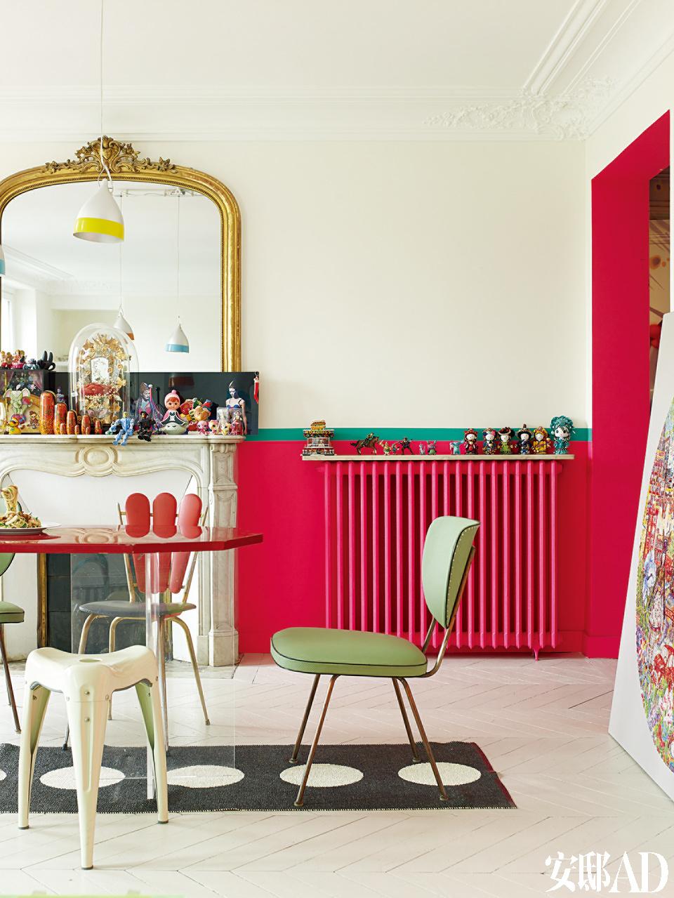 """未经改造的大理石壁炉是这套公寓原有的特色,上面放着一批收集的活泼的玩具。白色的""""Wisdom""""凳子出自日本设计师Yasu Sasamoto,6层涂漆才能达到期望中颜色的强度,用漆来自Ressource。"""