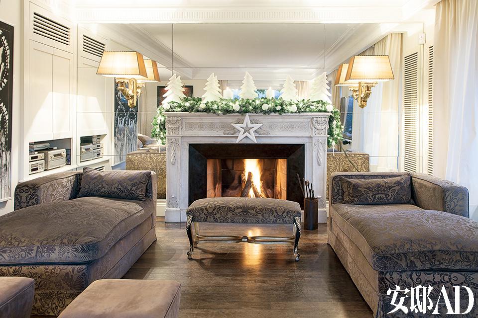 平安夜里,壁炉内温馨的火苗让整个家笼罩在一片祥和之中,没有丝毫的浮夸,这才是合家团圆应有的感觉。白色大理石壁炉前的法式沙发低调而优雅,坐卧两用的沙发凳包裹着天鹅绒质地的表层,其金色和深褐色的装饰件均为手工着色,来自Faberge。