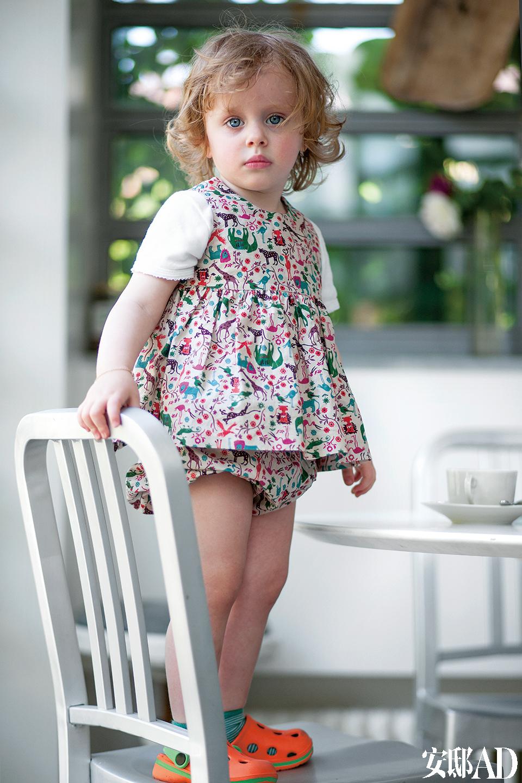 """女儿Rosa站在Emeco的椅子""""文物""""(Heritage)上。"""