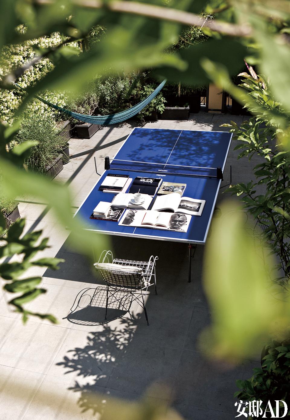屋顶上还设置了一个乒乓球桌。