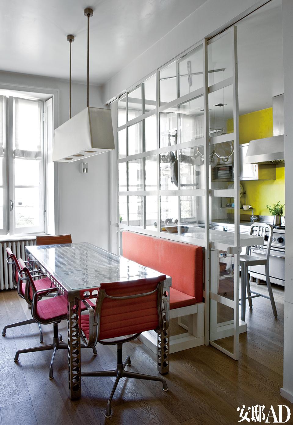 起居室和厨房的中间地带,桌子和长凳由Jacopo设计,Fratelli Bianchi制作。红色的椅子是Eames的设计,Vitra生产。