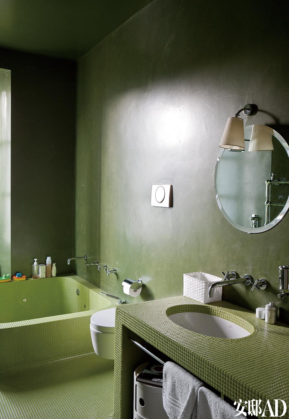 浴室里,羊皮纸灯由Jacopo设计,Guido Raffaello制作,墙面和天花板都采用绿色的环氧树脂。