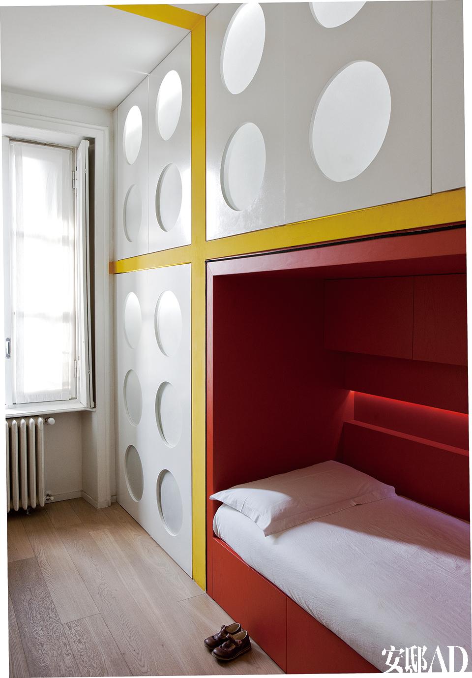 儿子 Arturo的卧室,衣柜和储物柜有着白色羊皮纸做成的舷窗,背光,显得更为明亮。