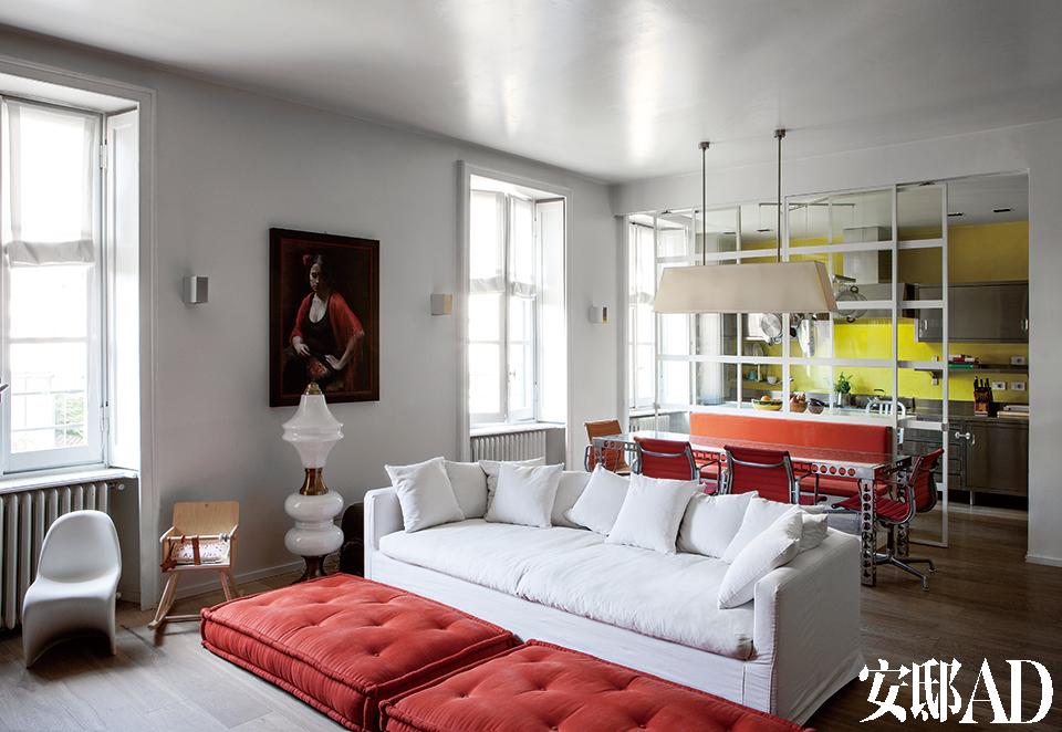 """起居室:名为""""标准""""(Standard)的沙发,出自Aldo Cibic;梨木制小型摇椅,RossanaOrlandi出品;羊皮纸吊灯,Jacopo设计,GuidoRaffaello 制作;油画来自一位斯洛文尼亚艺术家。"""