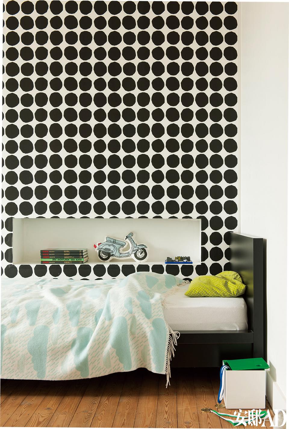 Edgar的房间,装饰理念跟Julia的如出一辙,用来掩盖烟囱的假墙壁龛的设计很新颖,只是壁纸波点换成了黑色。