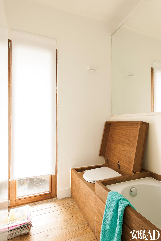 马桶与浴缸统一被嵌在木质箱体里,形成一个整体,关上木质马桶盖,马桶即被隐藏起来。