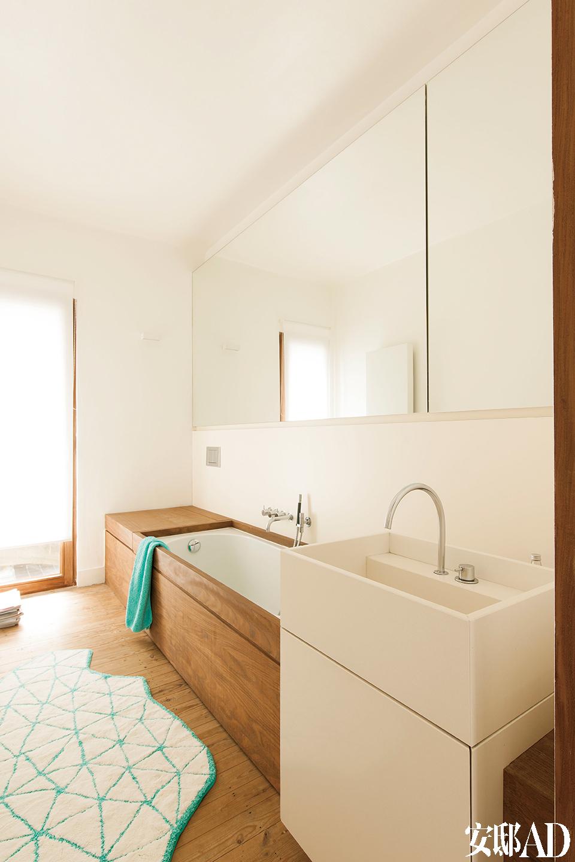 白色木质主题一直延伸至卧室。浴池选用了一种耐用的非洲木料Afromosia,洗脸池石料来自韩国。
