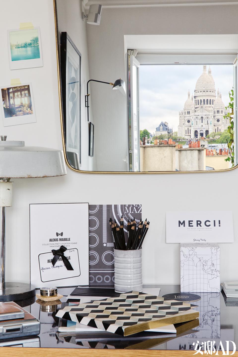 写字台上,一只老台灯来自巴黎的Vanves跳蚤市场,从墙上的镜子里,可以看见近在咫尺的圣心教堂。