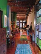 """不锈钢镀银墙壁,Warhol的四件套座椅帮助他们实现了这个上世纪70年代迪斯科和精品店的跨界组合风格。这间寓所曾先后是工厂、犹太剧院和色情影院,新主人赋予了公寓自己的特色,自称是"""" 上世纪1970年代迪斯科和精品店的跨界组合"""" 。"""