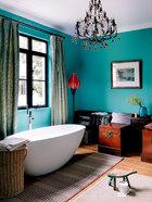 红墙绿墙,色彩令光线充足的卧室及卫生间更添温暖,马桶在哪里?它就藏在画面里!李光程在英国工作期间结识了同样来自中国的艺术家蔡小丽,并带回了不少她的作品,他在卫生间里也挂了一幅。为了令卫生间看起来更像家里的居住空间,他将两个老式箱子改造成了坐厕,平时还能当椅子来用。